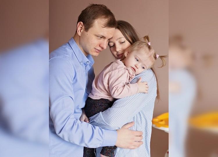 Отец девочки работает в банке и таксопарке, но денег все равно не хватает. Фото: предоставлено родителями девочки