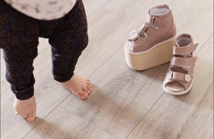 Для ходьбы девочке купили специальную обувь. Фото: предоставлено родителями девочки