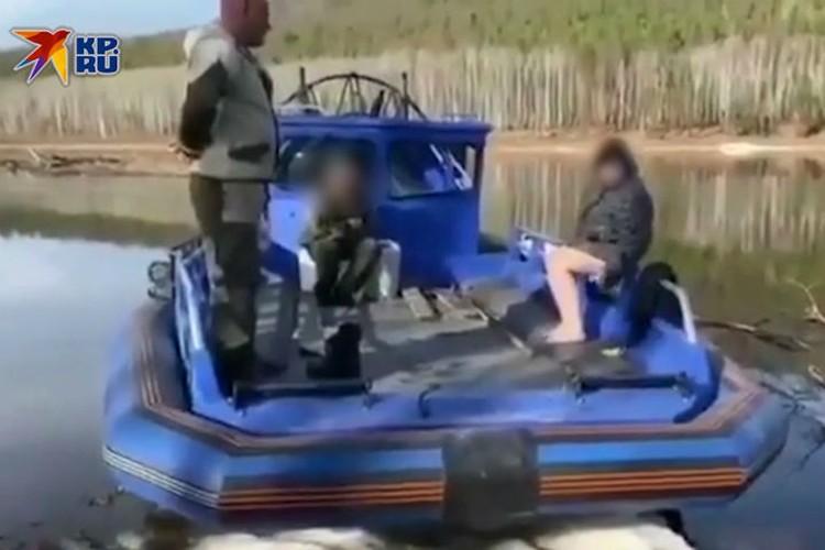 Лодка остановилась в Верхнем подрайоне. Фото: скриншот видео.