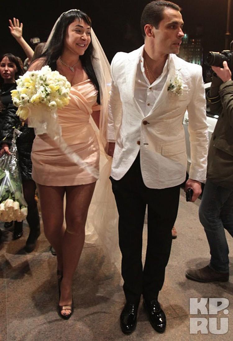 Март 2011 года. Лолита выходит замуж за 36-летнего Дмитрия Иванова - седьмую ракетку России и тренера по игре в сквош. Он на 11 лет младше певицы.