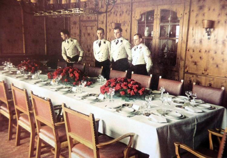Официанты в столовой резиденции Гитлера «Бергхоф»