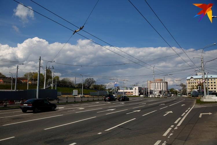 """Вид на улицу Клары Цеткин. Кстати, именно так (""""Клары Цеткин"""") до сих пор на паспорте объекта, висящем на ограждении, станция и значится."""