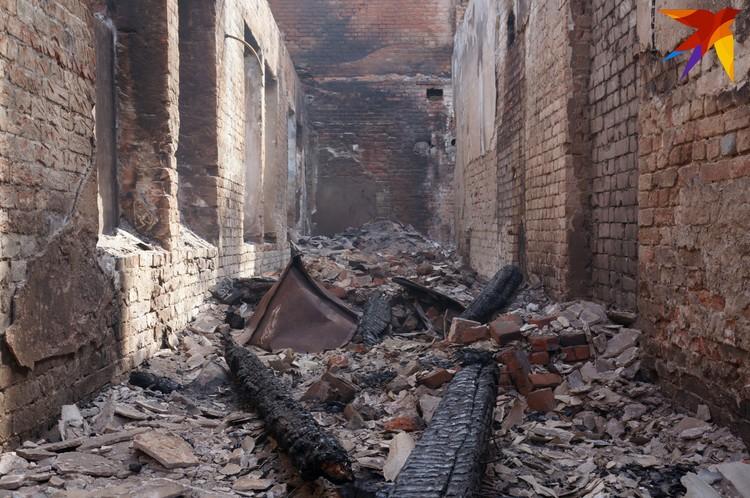 Последствия пожара в производственном корпусе.