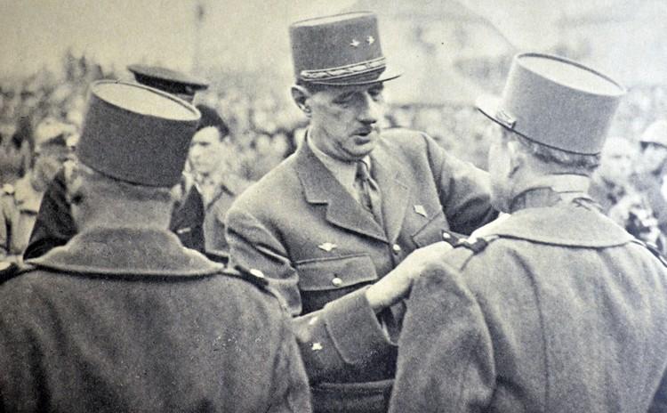 Шарль де Голль во время церемонии награждения.