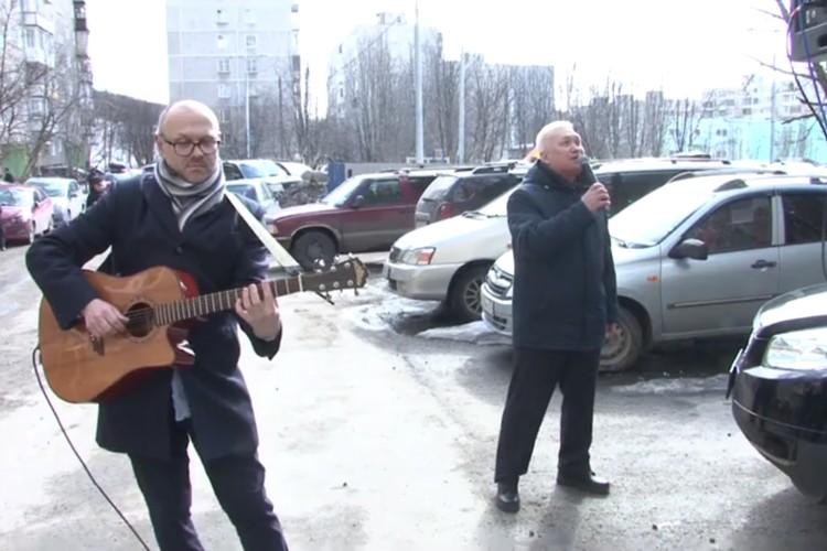 Депутат считает, что нужно почаще радовать ветеранов такими концертами. Фото: скрин