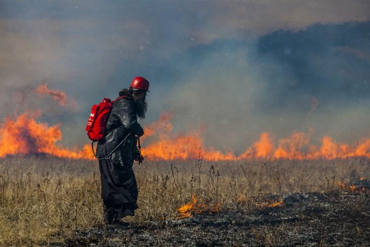 На днях священник отстоял село, к которому подошел огонь. Фото: Агата КАРАСЕВА.