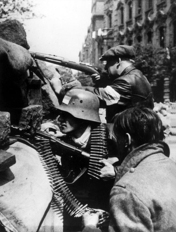 Баррикада в дни уличных боев в Праге, 7 мая 1945 г. Фотохроника ТАСС