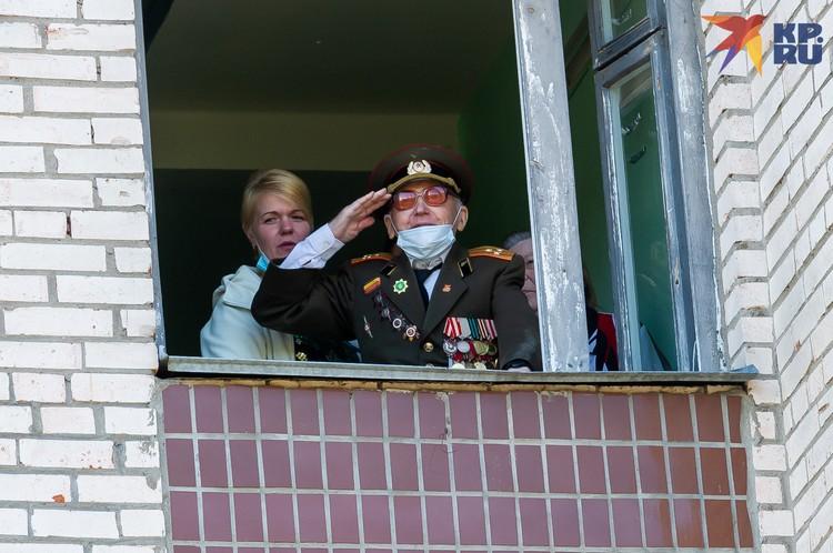 Концерт в честь Валентина Рослякова длился почти полчаса и закончился исполнением «Дня Победы».