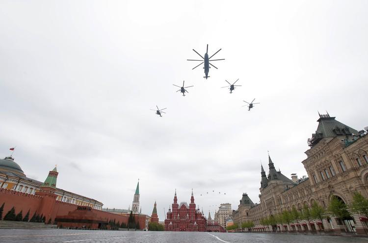 Вертолет Ми-26 и четыре вертолета Ми-8.