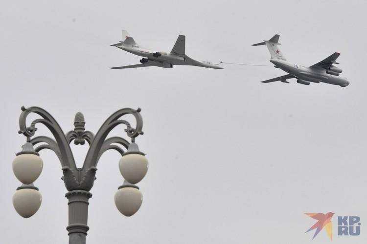 Сложное, но захватывающее дух, задание выполнили летчики Воздушно-космических сил - дозаправку в воздухе стратегического ракетоносца Ту-160.
