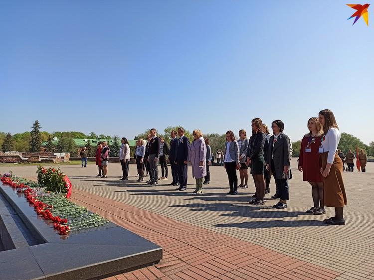 Сотрудники мемориала почтили память защитников, о которых они рассказывают туристам, минутой молчания.