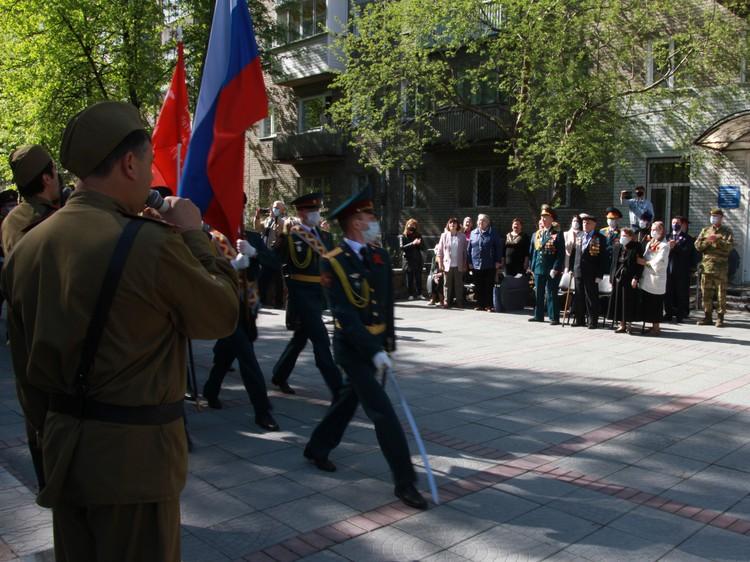 Парад, все-таки, состоялся. Прямо у домов, где живут герои. Фото: предоставлено Сибирским округом войск национальной гвардии РФ.