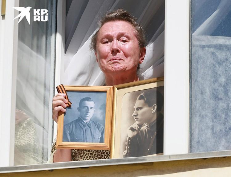 """""""Праздник со слезами на глазах"""" в одном из окон Барнаула."""