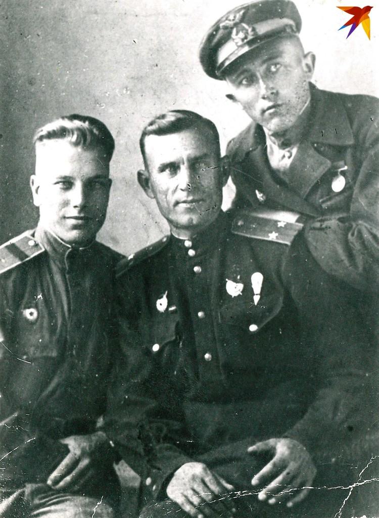 Подполковник Федор Смеянович (на фото в центре) погиб смертью храбрых, на стелле в Новороссийске выгравировино его имя. Фото: личный архив.