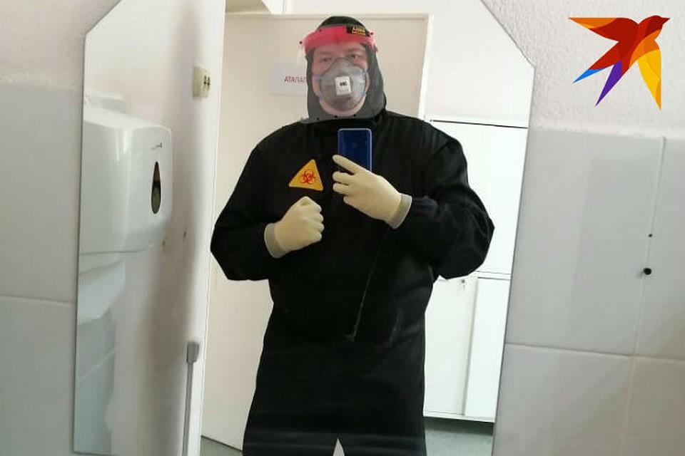 Вот такой необычный, черный костюм надевал Игорь на дежурства - белого нужного размера не нашлось. Фото: личный архив.
