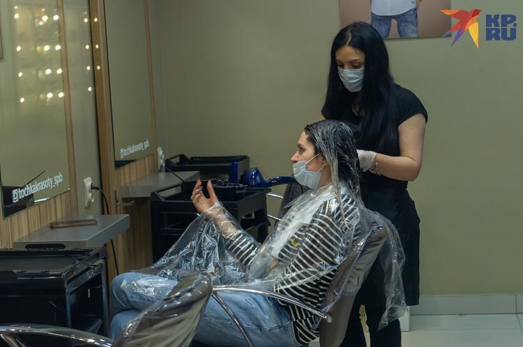 Парикмахерские и маникюрные салоны также рады посетителям