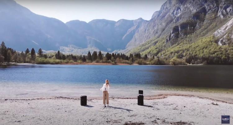 Певица из Словении на фоне озера Бохинь. Фото: стоп-кадр Первого канала.