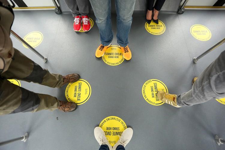 Пометки на полу в аэропорту Загреба для того, чтобы пассажиры держали социальную дистанцию.