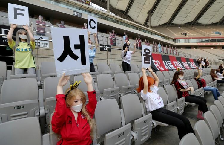 Чемпионат Южной Кореи по футболу, стартовавший на три месяца позже обычного, начался со скандала. Организаторы матча в Сеуле усадили на пустых трибунах 30 секс-манекенов. 28 женских и 2 мужских.