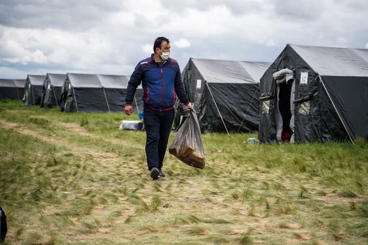 Жители палаточного лагеря уверяют, что получают трехразовое питание и всегда есть горячий чай