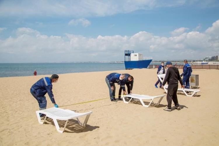 Лежаки на пляжах теперь будут стоять дальше друг от друга. Фото: instagram.com/anapskoechernomore