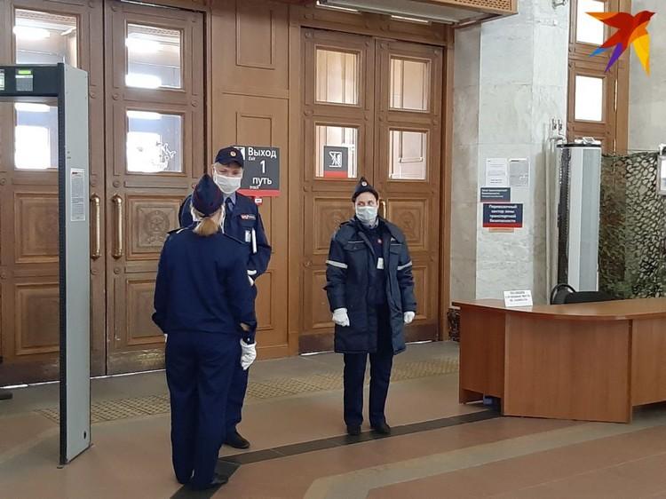 На вокзале за сотрудниками и пассажирами строго следят - сюда без маски не пустят.