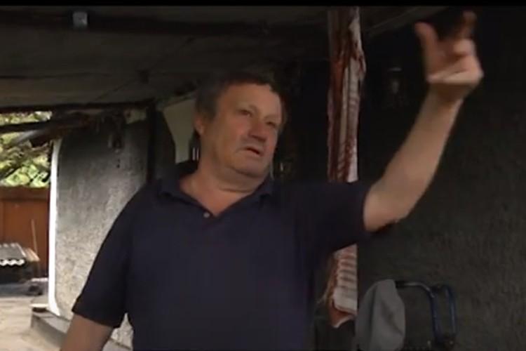 Житель поселка Золотое-5 Николай Коптев рассказал о постоянных обстрелах с украинской стороны. Фото: ГТРК ЛНР
