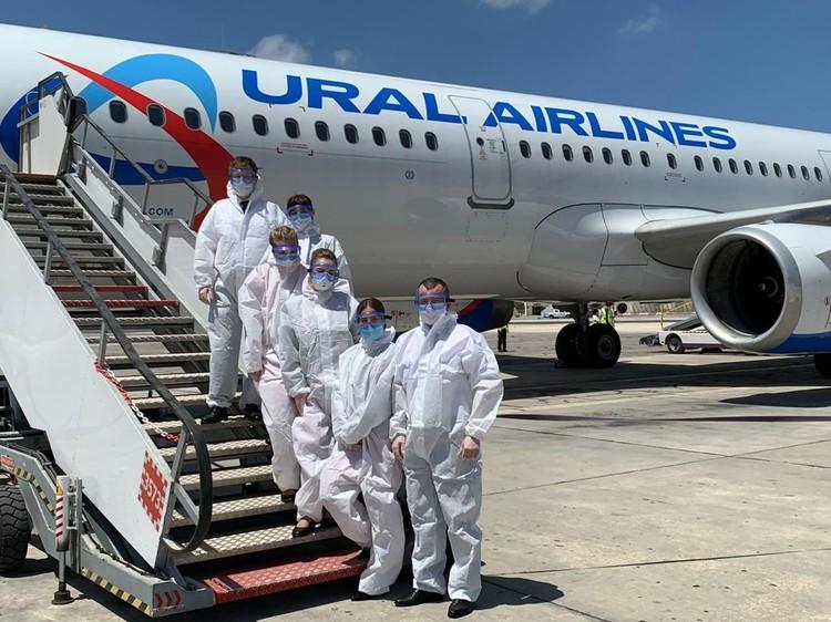 Во время полета экипаж воздушного судна был одет в защитные костюмы. Фото: пресс-служба «Уральских авиалиний»