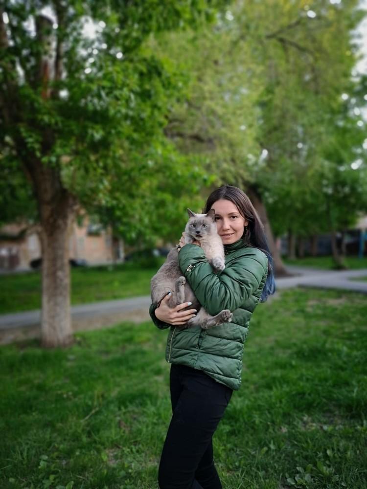 Сибирячка пробовала посадить на диету упитанного друга, но ничего не вышло: котейка обижается. Фото: личный архив.
