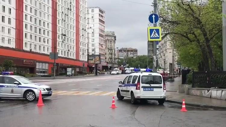 Под угрозой взрыва он взял в заложники четверых сотрудников банка. Троих позже отпустил.