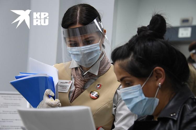 Руководители МФЦ кроме масок носят еще и прозрачные пластиковые экраны