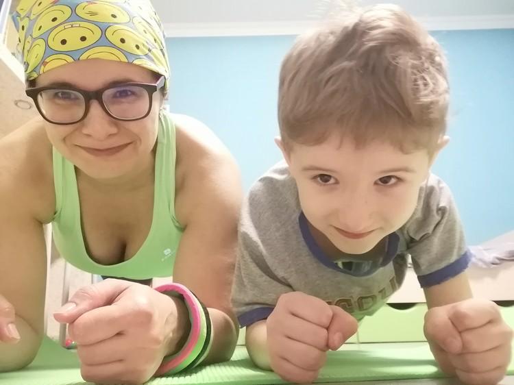 Ксения занимается спортом вместе с детьми