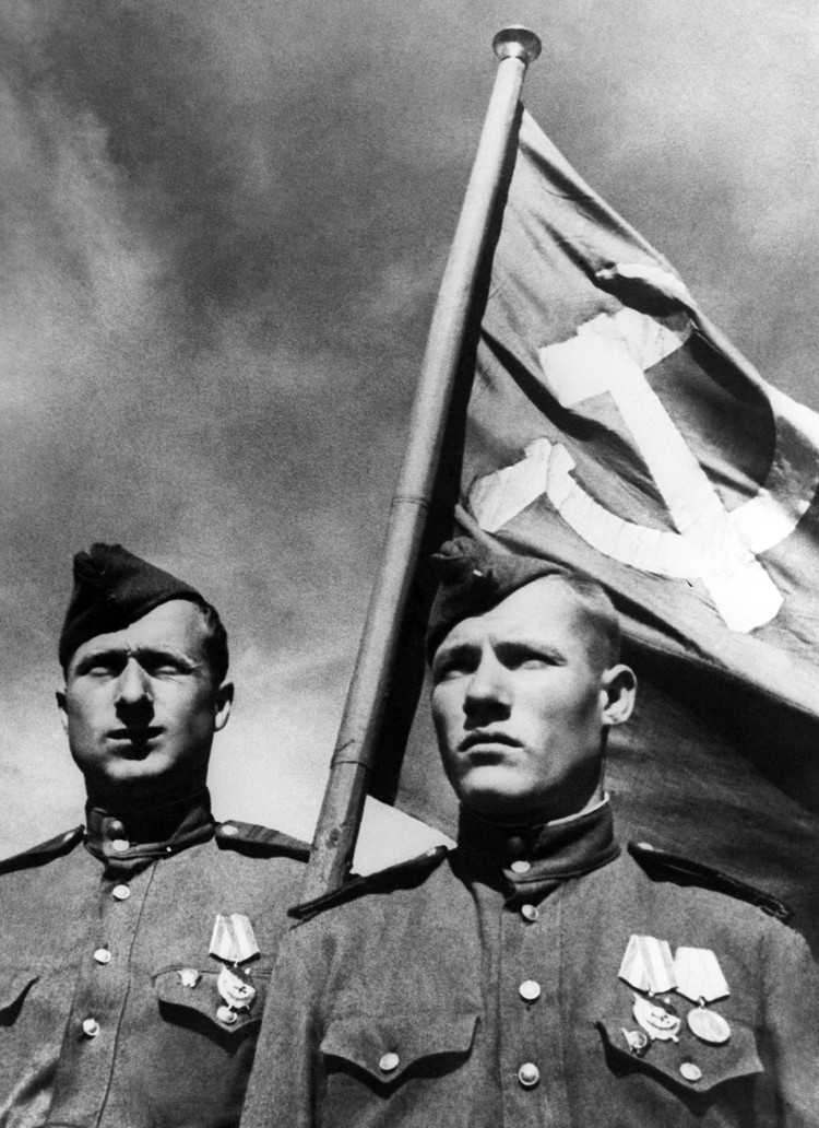 У водрузивших знамя над Рейхстагом Егорова, Кантария и Неустроева не было идеальной строевой подготовки. Неустроев к тому же был ранен