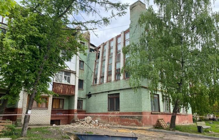 Рухнувшая часть здания - пристройка, в которой находится спортивный зал. Фото: предоставлено Сергеем ЛЕЖНЕВЫМ