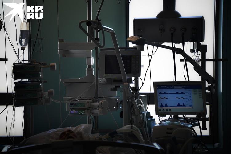Большое количество проводов и несколько мониторов помогают врачам следить за каждым вдохом и выдохом больного.