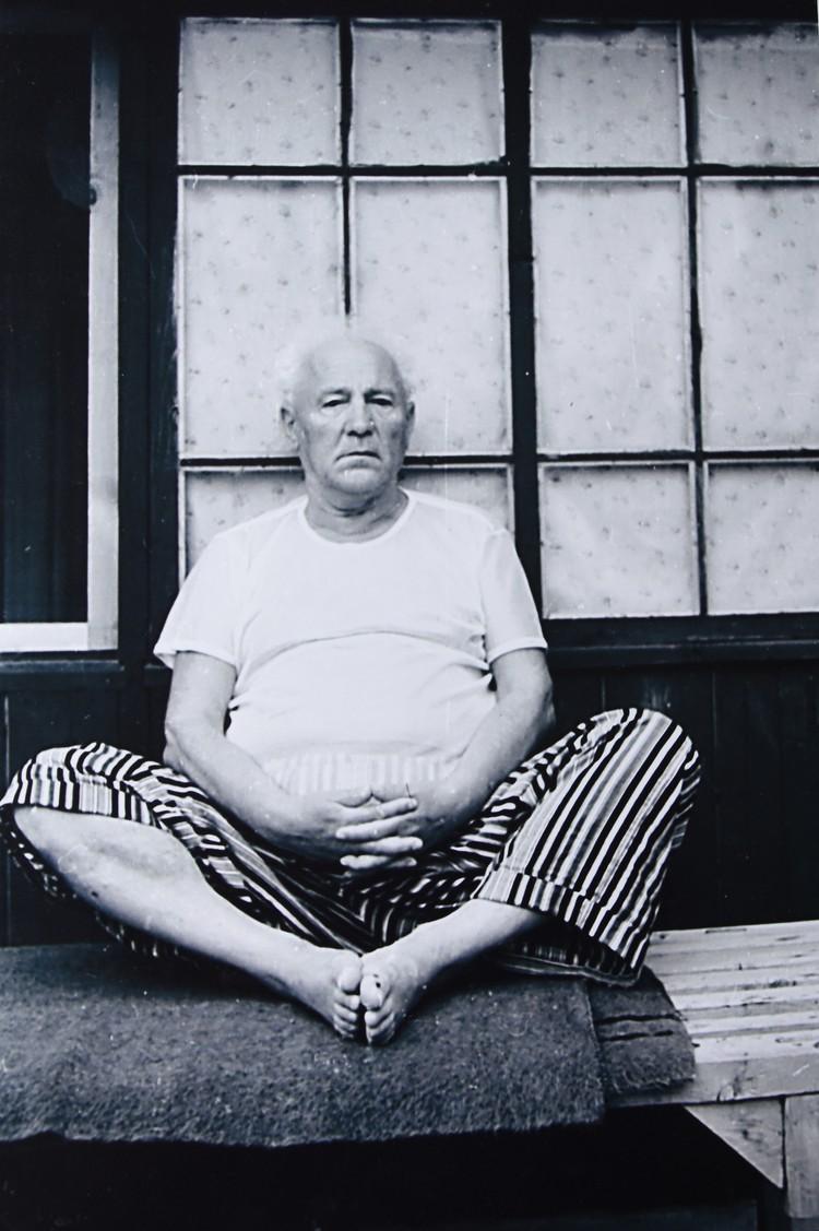 Не всякому фотографу так непосредственно раскроется герой снимка, как Янка Мавр своему зятю Михасю Мицкевичу.