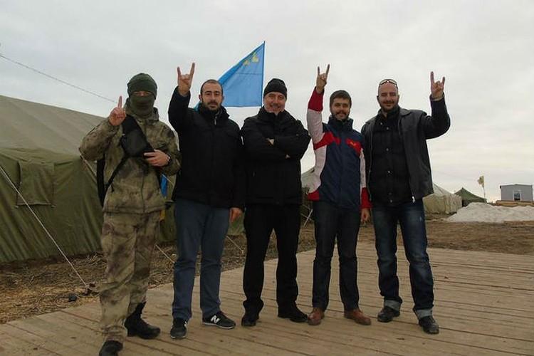 Ленур Ислямов позирует вместе с турецкими неофашистами из организации «Серые волки»*