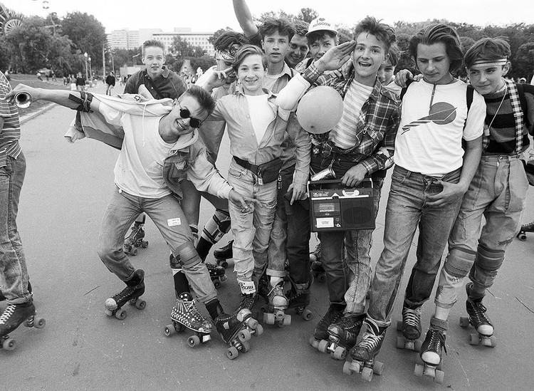 1990 год. Молодые люди на роликовых коньках в Центральном парке культуры и отдыха, Москва. Фото Валерия Христофорова /Фотохроника ТАСС/