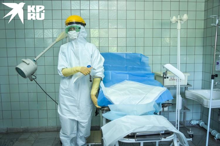 Теперь врачи принимают роды вот в таких «скафандрах».