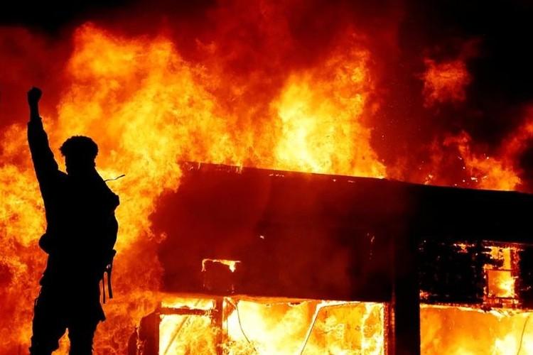 Город сейчас в огне. Фото: REUTERS.