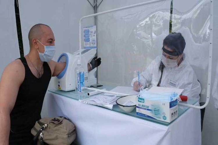 При входе у туристов проверяют состояние здоровья