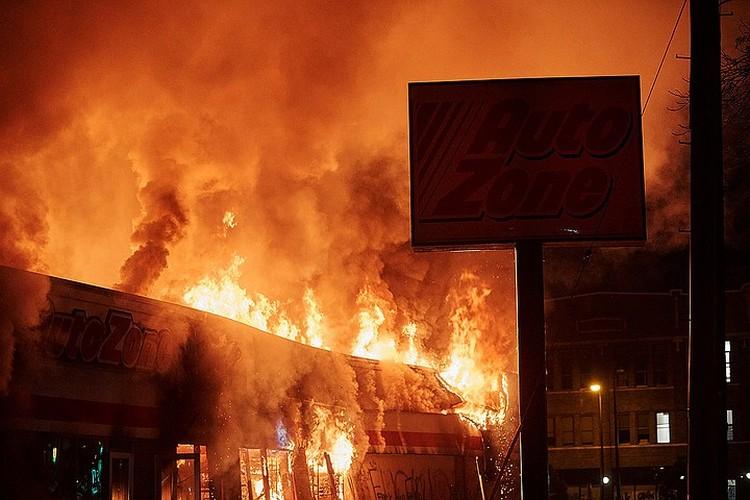 В результате ночных погромов многие здания сгорели в огне пожара.