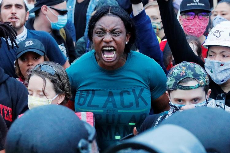 Участница протестов в городе Бостон, штат Массачусетс.
