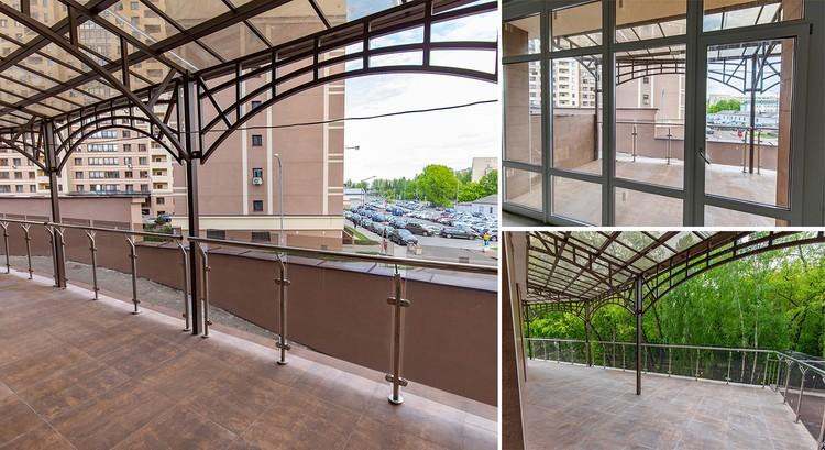 Приватные открытые террасы, которые защищены от осадков прозрачными козырьками.