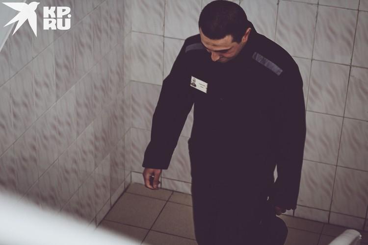 Тахмезов отсидел почти девять лет за вымогательство, проникновение в жилище, угон, незаконный оборот оружия, посягательство на жизнь сотрудника правоохранительных органов и бандитизм.