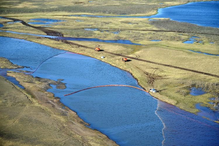 Вид на реку Амбарная в районе Норильска во время ликвидации последствий разлива топлива. Фото: Денис Кожевников / ТАСС