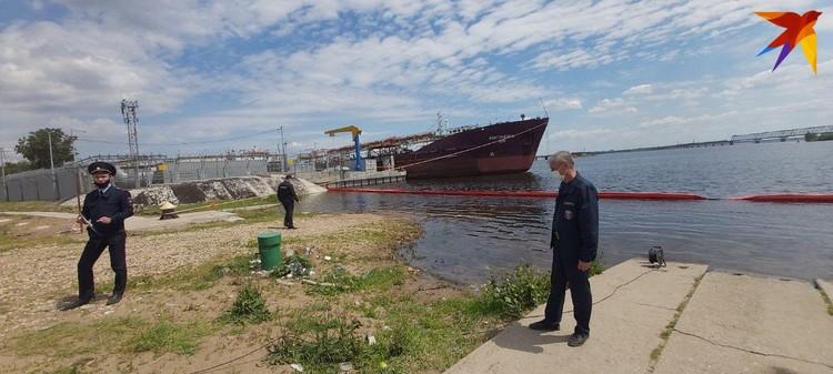 Все экстренные службы продолжают работу на месте ЧП. Фото Саратовской областной службы спасения