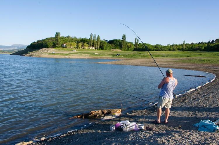 Иногда в водохранилище заплывают целые косяки рыбы... а вдруг повезет?