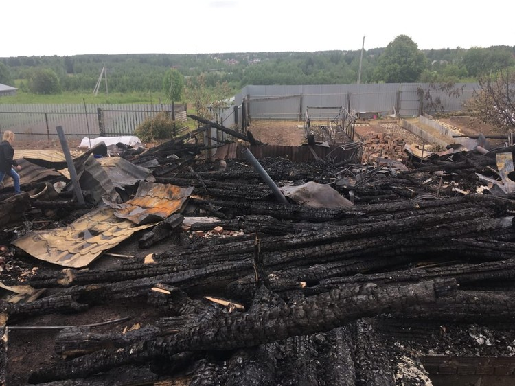 Сейчас на месте дома осталось лишь пепелище. Фото: архив героев