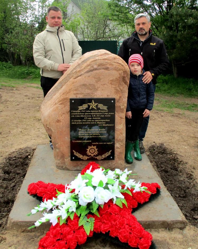 Алексей Тихонов (наверху справа) и Андрей Цветков (слева) установили памятный знак для своих потомков. Фото: из архива Алексея Тихонова
